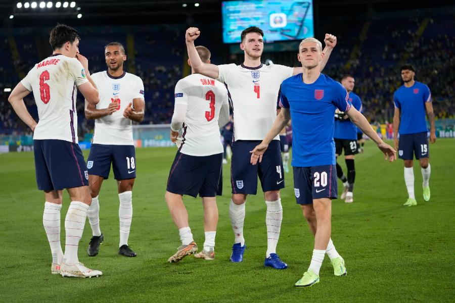 準決勝進出を決め、喜ぶイングランドの選手たち【写真:AP】