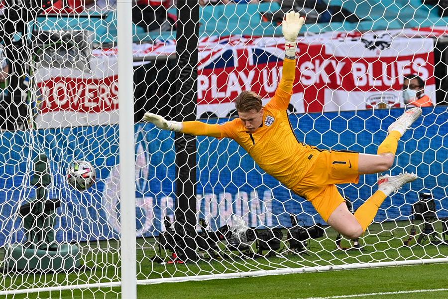 イングランド代表GKピックフォードは直接フリーキックをセーブできず【写真:AP】