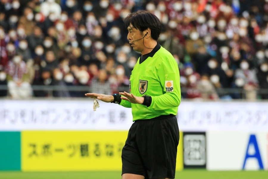 国際審判の経験もあるJリーグレフェリーの西村雄一主審(※写真は中断前)【写真:Noriko NAGANO】