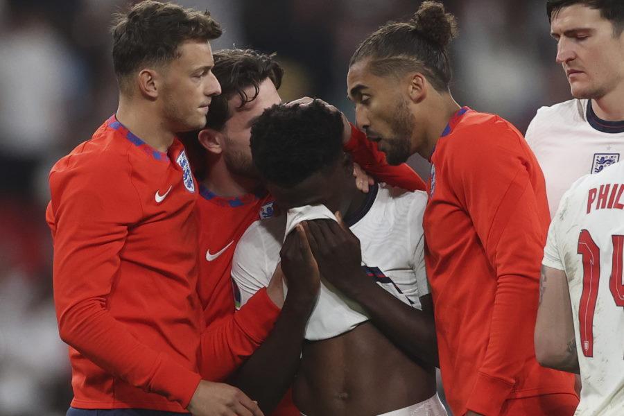 涙を流すサカ(中央)を慰めるイングランド代表の選手【写真:AP】