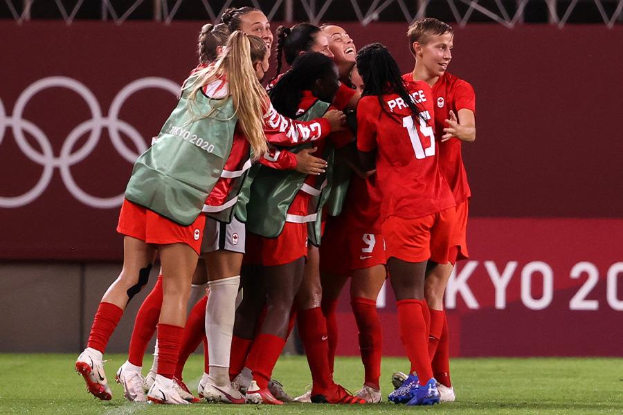 決勝トーナメント進出を決めたカナダ女子代表の選手たち【写真:Getty Images】