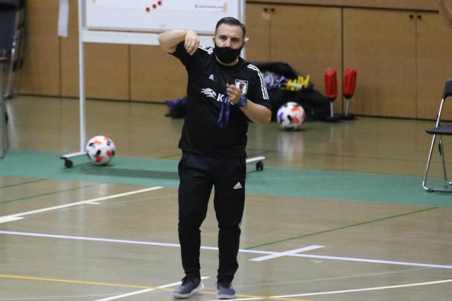 選手に指示を出すブルーノ・ガルシア監督【写真:河合拓/Futsal X】