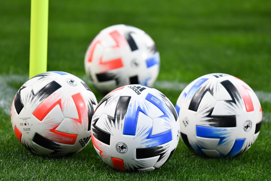 Jリーグで使用されているアディダス社製の最新ボール『TSUBASA(ツバサ)』【写真:小林 靖】