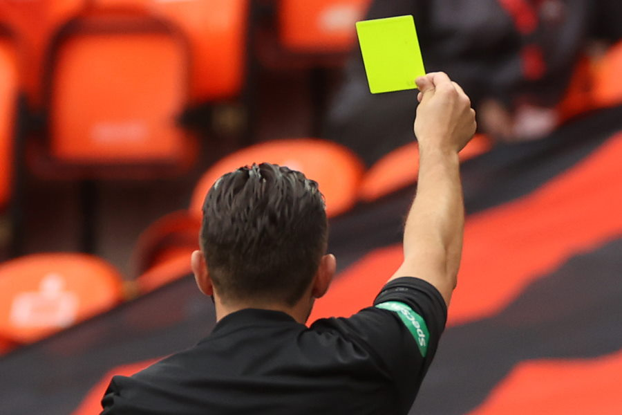 主審がカードを忘れて取りに戻る珍事発生(※写真はイメージです)【写真:Getty Images】