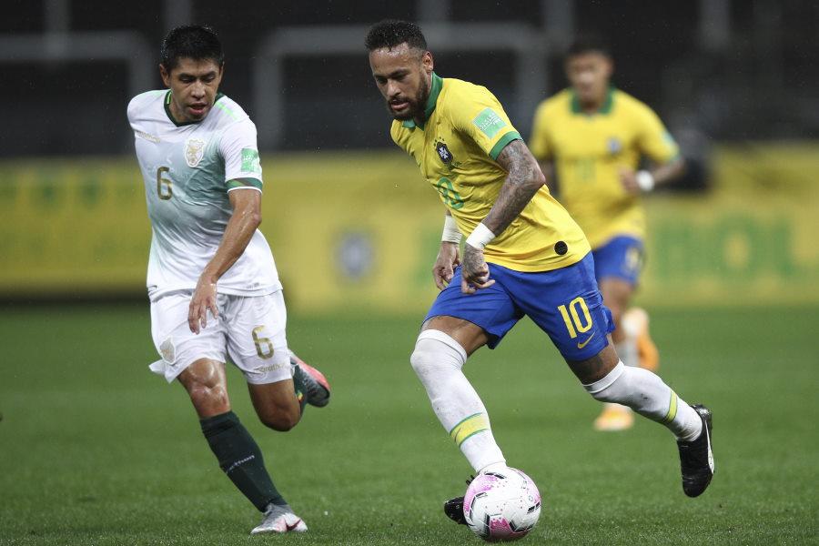 ブラジル代表FWネイマール(右)が相手2人を瞬殺【写真:AP】