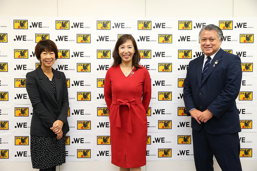 (左から)WEリーグチェアマン岡島喜久子氏、UN Women日本事務所・石川雅恵所長、JFAの 田嶋幸三会長【写真:©JFA/PR】