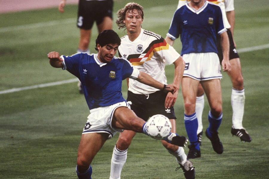 浦和でも活躍した元ドイツ代表DFブッフバルト(右)と元アルゼンチン代表FWマラドーナ【写真:Getty Images】