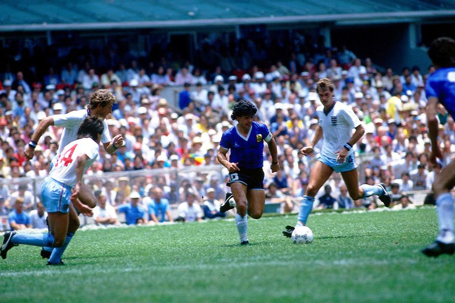 1986年メキシコ・ワールドカップのイングランド戦で2つの伝説を残したマラドーナ氏(写真中央)【写真:Getty Images】