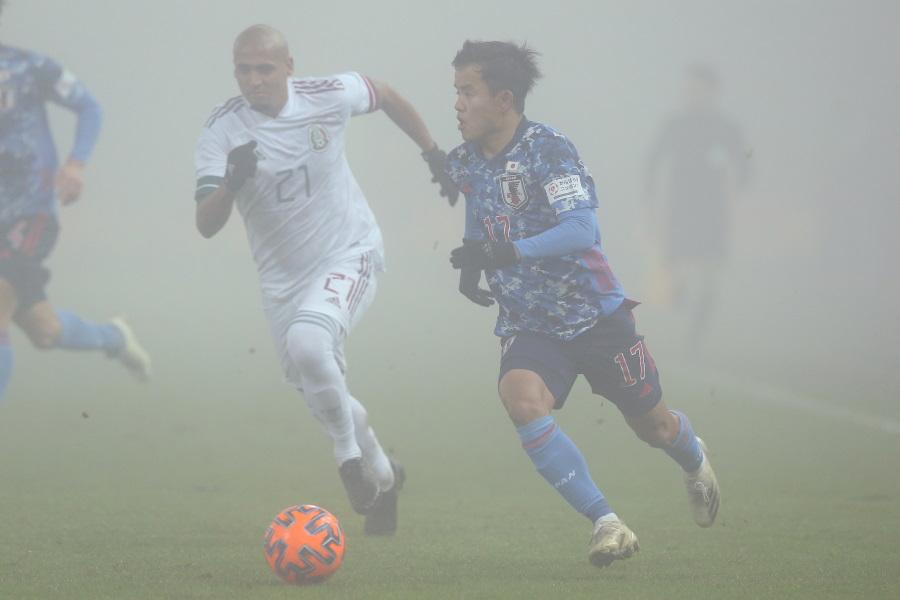 蛍光ボールを使うほどの濃霧【写真:©JFA】
