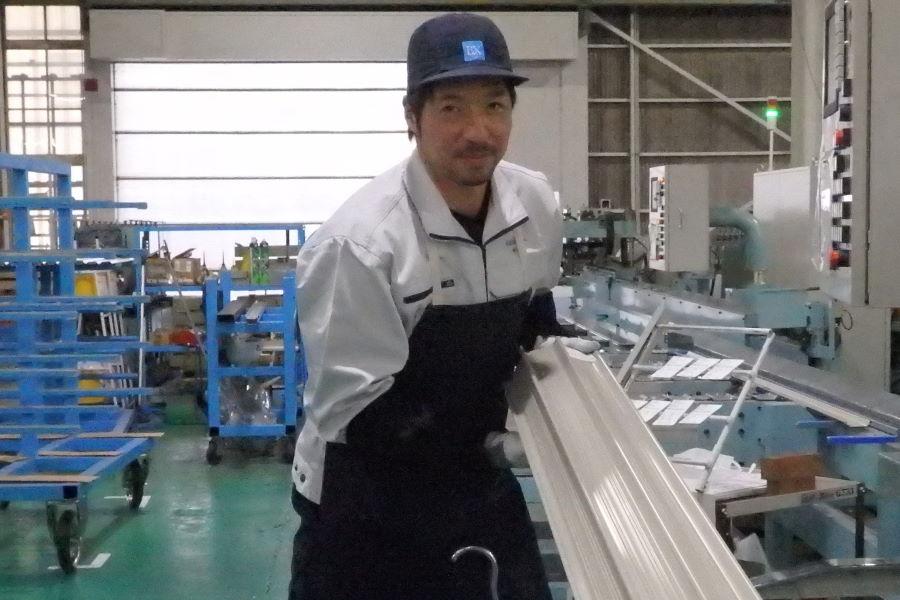 手慣れた様子で軽量シャッターを丁寧に畳む元日本代表DFの永田充さん【写真:河野正】