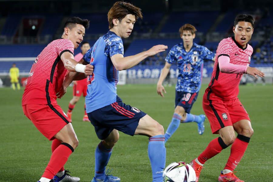 ボールをキープする日本代表FW大迫勇也(写真中央)【写真:AP】