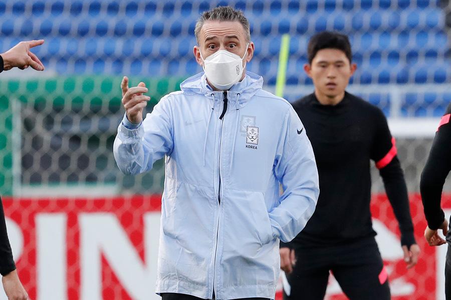 韓国代表のパウロ・ベント監督が試合を振り返った【写真:AP】