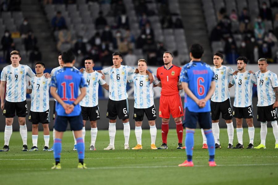 親善試合前にで黙祷を行ったU-24日本代表とU-24アルゼンチン代表【写真:©JFA】
