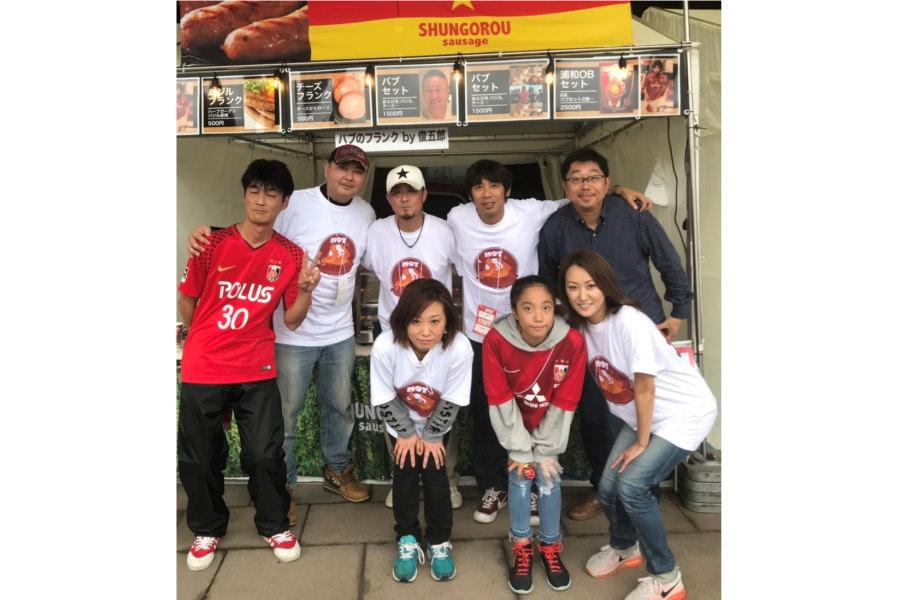千亜希夫人(前列中央)が営む「俊五郎」が埼玉スタジアムに出店。岡野雅行さんの妻・裕子さん(前列右)も手伝いに駆け付けた【写真:本人提供】