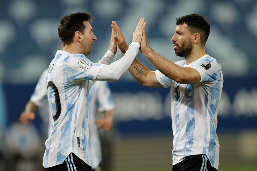 アルゼンチン代表でのメッシとアグエロのコンビネーションに注目【写真:AP】