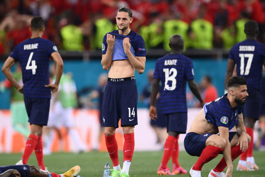 EURO16強敗退のフランス代表で中盤を務めるMFアドリアン・ラビオ(写真中央)【写真:ロイター】
