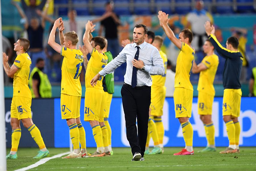 サポーターたちに挨拶をするウクライナ代表の選手たちとシェフチェンコ監督【写真:Getty Images】