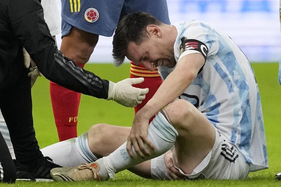 アルゼンチン代表FWリオネル・メッシが治療を受ける様子【写真:AP】