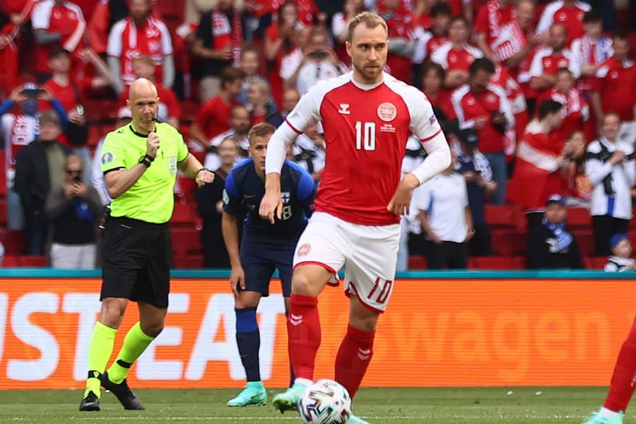 EUROのフィンランド戦で一時意識を失ったデンマーク代表MFエリクセンと主審を務めたテイラー氏(左後方)【写真:Getty Images】
