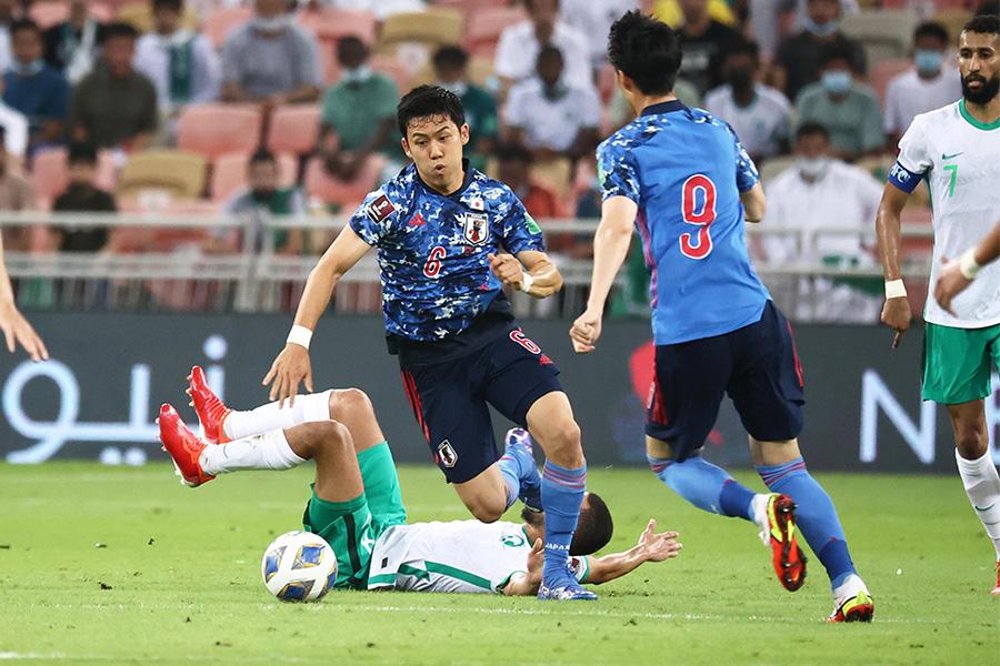 MF遠藤航はスタメン出場し迫力のあるプレーを見せるも…【写真:ⓒJFA】