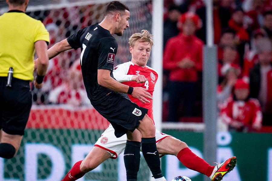 デンマーク代表の守備の要として活躍するDFシモン・ケアー(背番号4)【写真:AP】